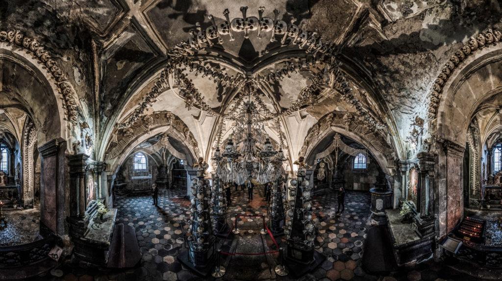 Kostnice v Sedlci u Kutné Hory. Zdroj: https://foodtoursprague.com/cms/kutna-hora-and-sedlec-ossuary